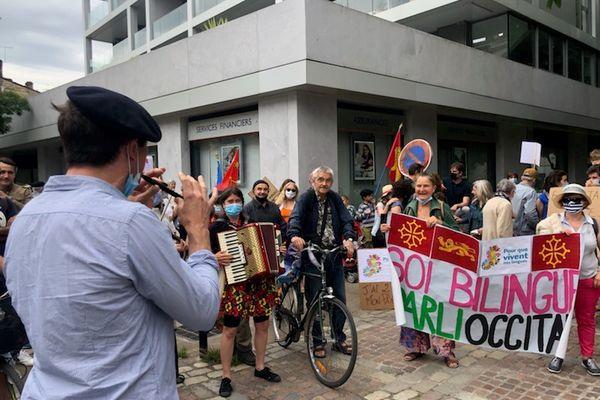 De la musique, et des banderoles pour cette manifestation bordelaise en défense de l'enseignement immersif.