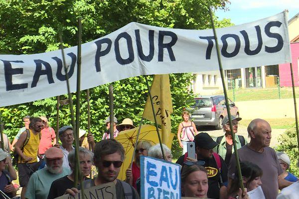 Plusieurs centaines d'opposants au projet de construction de bassines agricoles dans les Deux-Sèvres et dans la Vienne se sont rassemblées à Saint-Sauvant pour une manifestation le 5 septembre 2021.