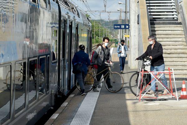 Des passagers débarquant d'un train. Photo d'illustration