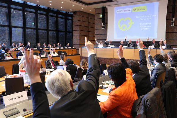 Vote à main levée au conseil départemental du Bas-Rhin pour le processus devant aboutir à une collectivité européenne d'Alsace issue de la fusion des départements du du Bas et du Haut-Rhin.
