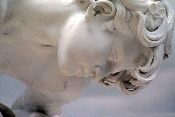 Narcisse de marbre d'Ernest-Eugène Hiolle.