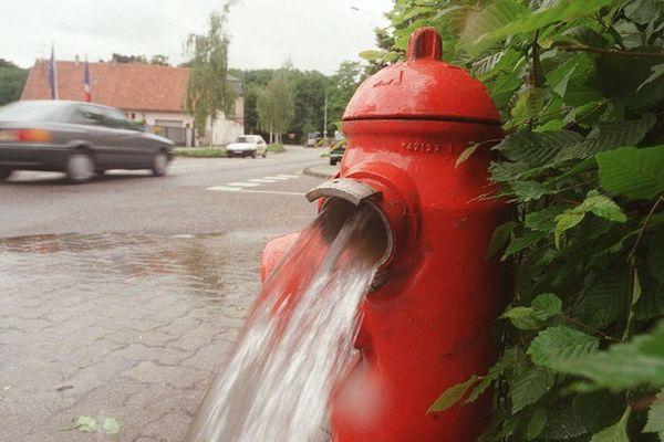 Une borne à incendie ouverte - Photo d'illustration