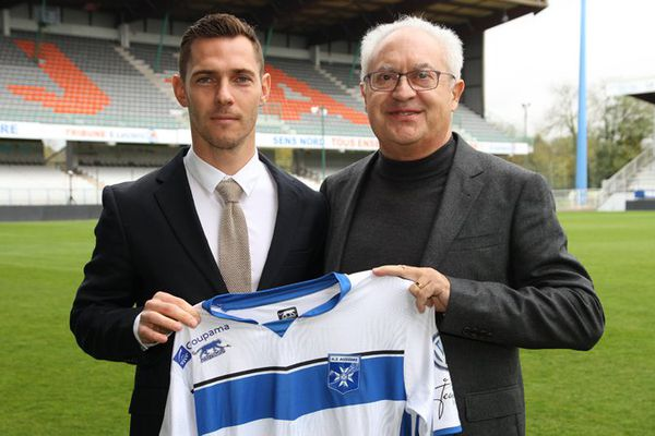 Ludovic Obraniak rejoint l'AJ Auxerre (et son président Guy Cotret), où il a été présenté officiellement mardi 8 novembre 2016.