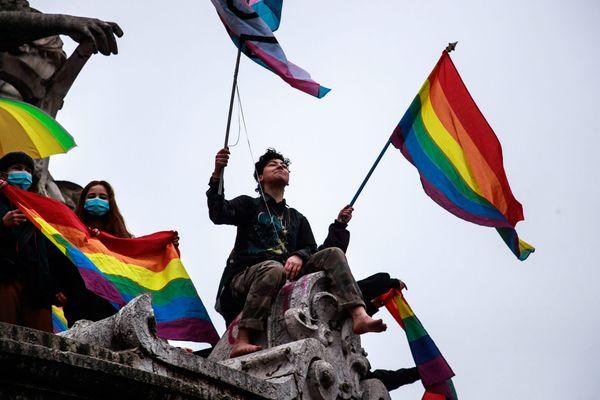 Des militants LGBT se rassemblent place de la République pour protester contre la tenue d'une manifestation de La Manif Pour Tous et pour soutenir l'ouverture de la PMA a toutes les femmes contenu dans le texte Bioéthique.