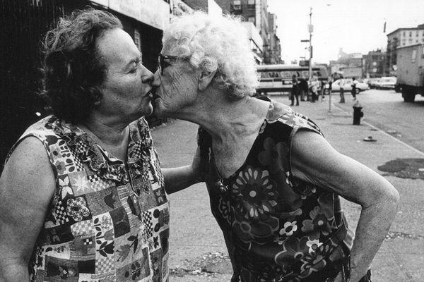 Deux femmes âgées en train de s'embrasser