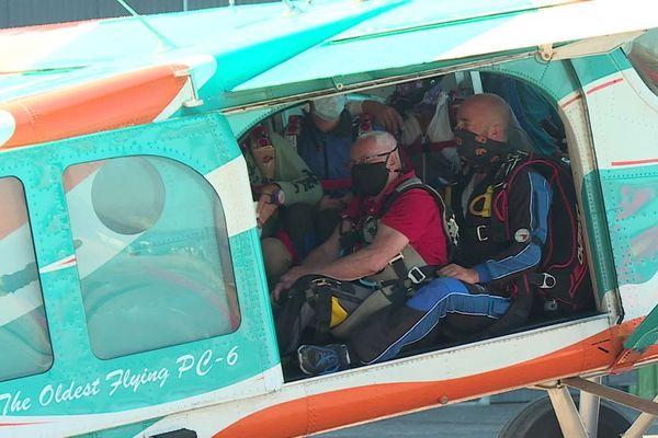Maurice Ferrier se prépare à effectuer son premier saut en parachute à l'aéroport de Chalon Champforgeuil en Saône-et-Loire.