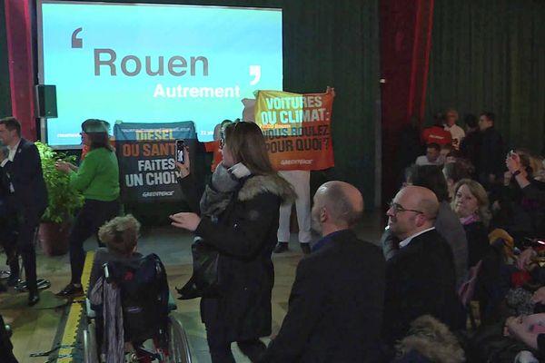 Au début du meeting, des militants ont déplié des banderoles et essayé de couvrir la voix du candidat