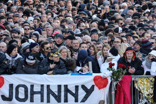Des dizaines de milliers de fans étaient dans la rue pour Johnny