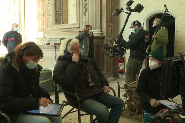 Les équipes du réalisateur Jean-Jacques Annaud (au centre) devraient rester jusqu'à fin mars dans l'Yonne.
