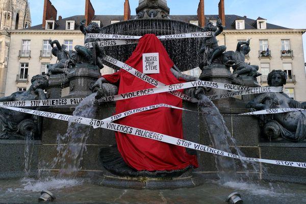 La fontaine de la place Royale à Nantes de nouveau décorée en mémoire de Steve mort le soir de la Fête de la musique