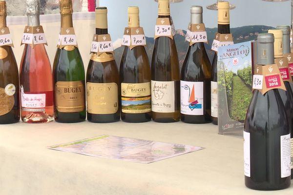 Un échantillon des vins du Bugey sur un marché fermier.