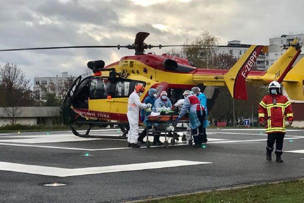 Dragon 67, l'hélicoptère de la sécurité civile du Bas-Rhin, a transporté un patient atteint de la covid vers l'hôpital de Hautepierre.