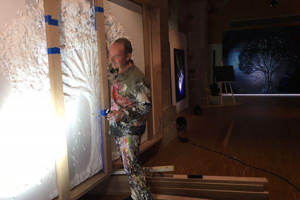 L'artiste peintre Patrick Montagnac mettant une dernière touche à l'une de ses œuvres acquise par un collectionneur lors de son exposition à la galerie des hospices de Limoges du 5 au 10 octobre 2021.