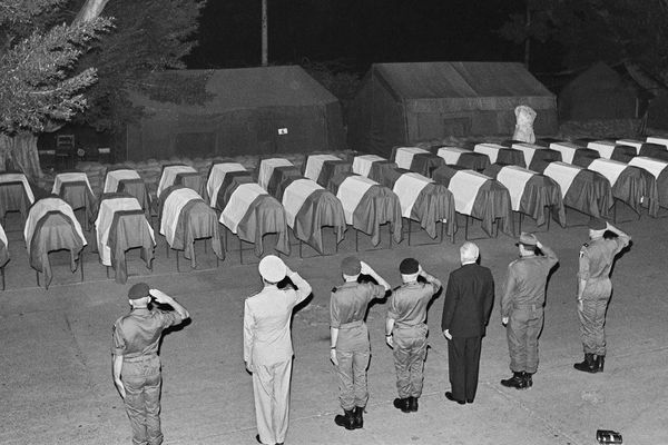 Levée des corps des 56 parachutistes victimes de l'attentat de dimanche contre l'immeuble du Drakkar, QG des forces françaises à Beyrouth, ce 27 octobre 1983 à la résidence des Pins, quartier général du contingent français de la force multinationale. De 2ème G à Dr, l'Amiral Klotz, le Général Brette, Le général Imbot, l'ambassadeur de France François Wibaux, le général Ibrahim Tannous, commandant des armées libanaises, et le général françois Cann, commandant des forces francaises au Liban.