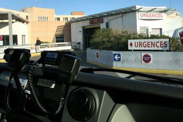 un véhicule de secours devant les urgences du CHU de Montpellier