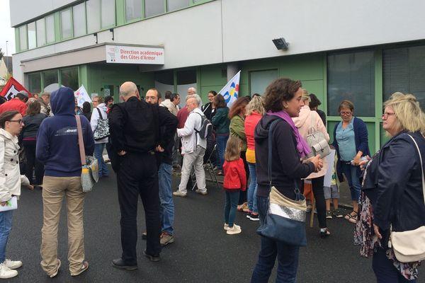 Manifestation contre la suppression des EVS devant l'Inspection Académique de Saint Brieuc