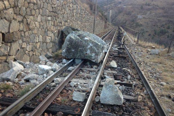 Un bloc de rocher est tombée dans la nuit de lundi à mardi 9 janvier 2018 sur la voie ferrée non loin de Fontpédrouse dans les Pyrénées-Orientales.