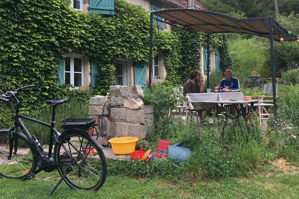 Petit déjeuner dans un gîte d'étape pour ce touriste belge, avant de repartir à vélo.