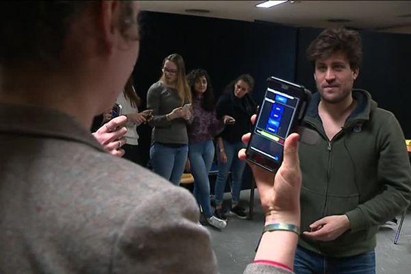 Pierre est le chef de cœur smartphones. Hier soir pendant la répétition à l'auditorium de Lyon.
