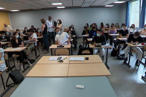 """Une épreuve en blanc du nouveau Bac """"noir"""" pour des élèves de terminale du lycée Joffre, à Montpellier."""