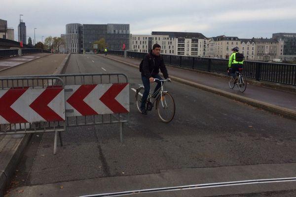 Le pont du général Audibert a été rouvert à la circulation ce lundi matin dans le sens sud-nord vers le centre-ville de Nantes après le déclenchement d'une alarme dans la nuit du vendredi 2 au samedi 3 novembre 2018.