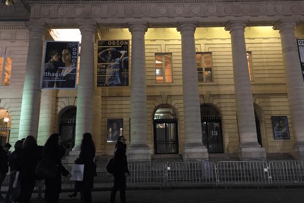 Une visite consacrée à Mai 68, devant le théâtre de l'Odéon, à Paris.
