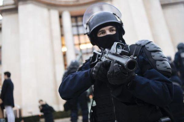 un policier équipe d'un lanceur de balles de défense ( LBD)