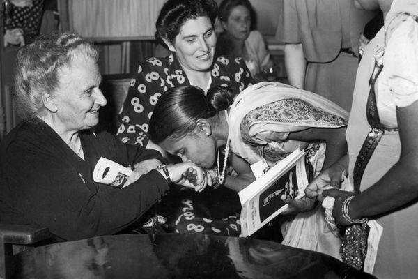 A gauche, Maria Montessori, en 1950, lors de sa deuxième nomination pour le prix Nobel.