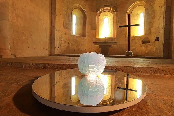 """""""Reflet de l'âme"""", oeuvre d'Anne et Patrick Poirier, au coeur de l'abbatiale du Thoronet."""