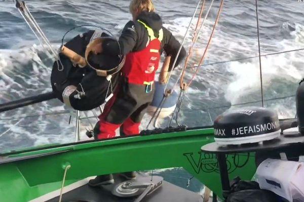 Maxime Sorel sur V&B Mayenne a jeté une bouée à la mer qui servira à recueilllir des données pour Météo France