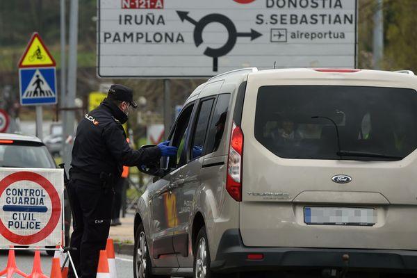 Policier espagnol à la frontière espagnole près d'Irun en mars 2020 refusant l'accès du véhicule sur le territoire en raison de la crise sanitaire liée au coronavirus.