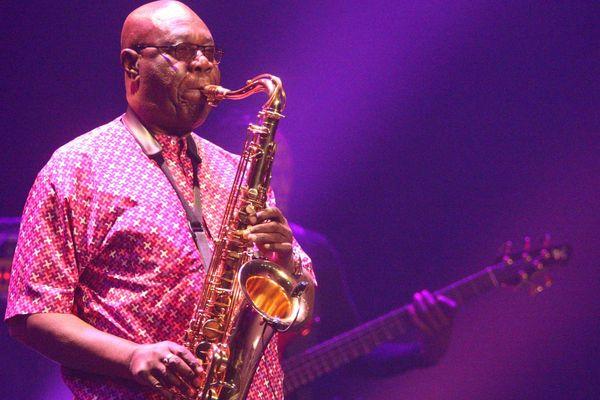 Manu Dibango en concert avec son saxophone en 2018.
