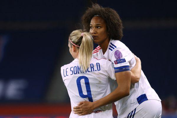 Wendy Renard célèbre son but lors des quarts de finale aller de la Ligue des Champions avec sa coéquipière Eugénie Le Sommer