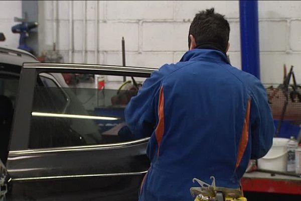Depuis début janvier, les garagistes doivent proposer une pièce d'occasion à la place d'une pièce neuve pour l'entretien ou la réparation d'un véhicule de leurs clients, qui peuvent l'accepter ou la refuser.