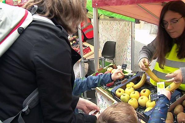 """Sur le """"marché des enfants"""" organisé par le syndicat des Marchés de France et la ville de Frontignan le 12 octobre 2019, ce sont les enfants qui choisissent ce qu'ils achètent. Une méthode ludique pour apprendre à mieux manger."""