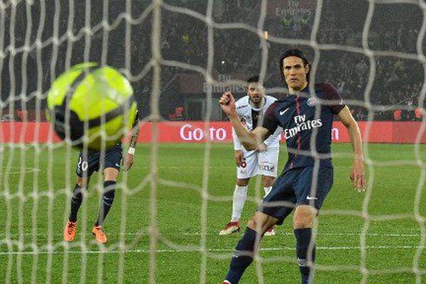 Le joueur du Paris Saint-Germain (PSG), Edinson Cavani marque pendant le match de 35e année de Ligue 1 face à Guingamp, le 29 avril 2019 au Parc des Princes.