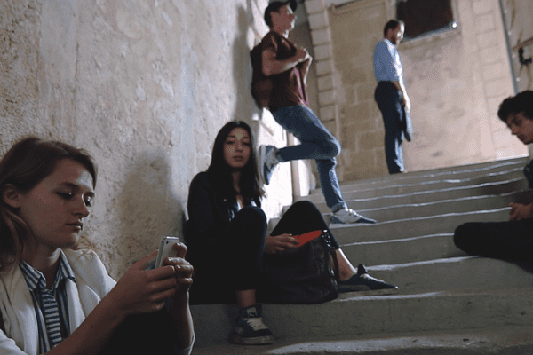 Dans le premier épisode, différents jeunes à la recherche d'une colocation défilent, façon speed-dating.