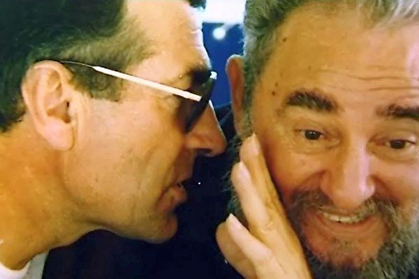 Une photo tirée de la collection personnelle de Gérard Bourgoin, le montrant (à g.) en compagnie de Fidel Castro (à d.)