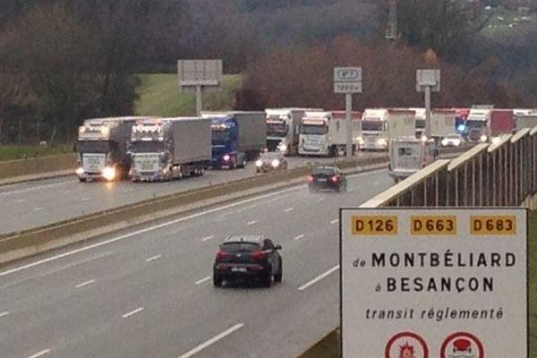 Les camions occupent les deux voies de droite laissant seulement celle de gauche aux véhicules légers.