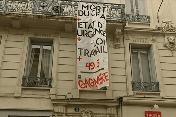La banderole déployée à la permanence du député Jean-Louis Gagnaire lors de la manifestation du 12 mai dernier contre la loi travail.