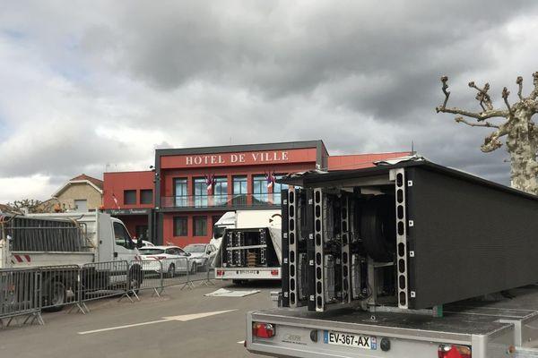 Mardi 25 février, les agents municipaux de la commune de Puy-Guillaume, dans le Puy-de-Dôme, mettent en place deux écrans géants pour la retransmission de la cérémonie en hommage à Michel Charasse qui aura lieu le lendemain.