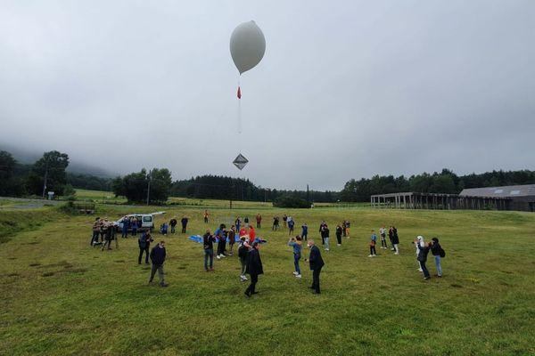 Vendredi 16 juillet, à Orcines, dans le Puy-de-Dôme, Pierre-Loup, un lycéen de 17 ans a lancé un ballon dans l'espace, plus précisément dans la stratosphère