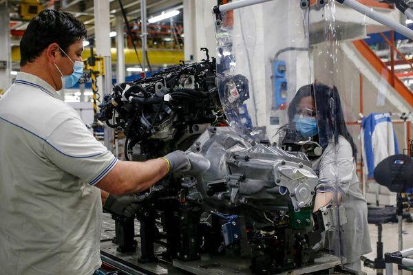Des employés reprenant le travail à l'usine automobile SEVEL (European Light Vehicle Company) à Atessa en Italie, une société du groupe Fiat Chrysler Automobiles (FCA).