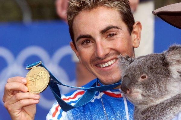 Miguel Martinez, avec sa médaille d'or obtenue à Sydney.