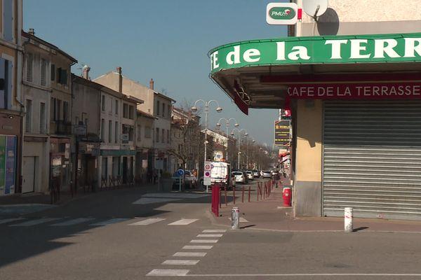 """La semaine s'annonce à haut risque dans la Drôme et le Rhône, placés sous """"surveillance renforcée"""" avec le risque d'un confinement le week-end pour lutter contre l'épidémie de covid. A Saint-Rambert-d'Albon (Drôme), le taux d'incidence grimpe à plus de 400 cas pour 100.000 habitants. Deux centres de dépistage vont être ouverts à tous."""