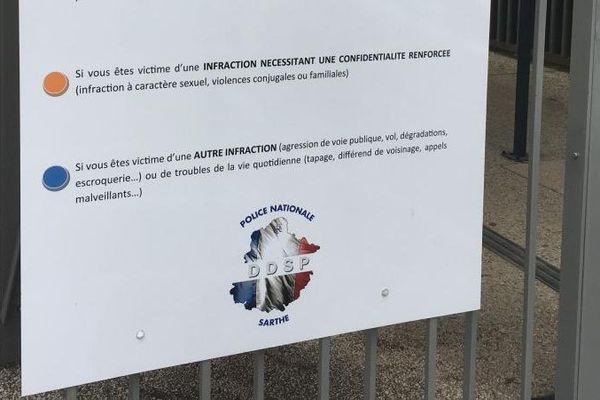 Le tableau d'accueil confidentialité affiché à l'entrée du commissariat du Mans