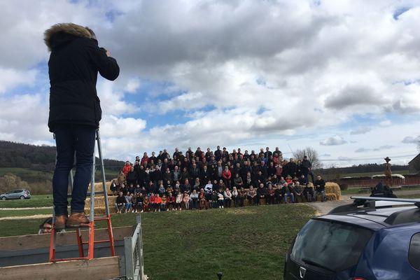 Les habitants du village vosgien de Moncel-sur-Vair se sont tous retrouvés, dimanche 8 mars 2020, devant l'objectif du photographe, Grégory Clément.