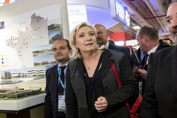 David Rachline aux côtés de Marine Le Pen au salon du maire à Paris le 1er juin 2016.
