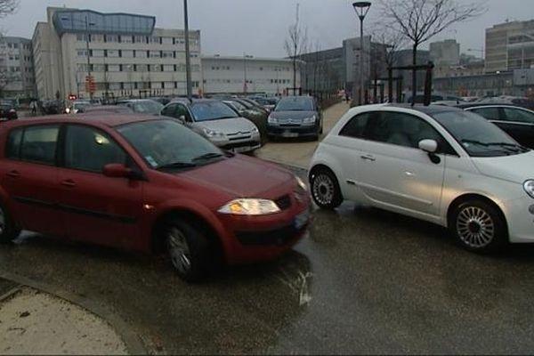Le parking du CHU est constamment saturé