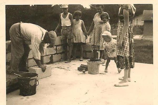 Henry et Elisabeth Tirlot, les parents de Monique Faure, ont achevé la construction de leur maison en 1960. Ici sur le chantier.
